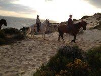 Equitazione vicino al mare