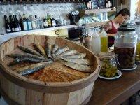 参观小酒馆巴塞罗那的典型