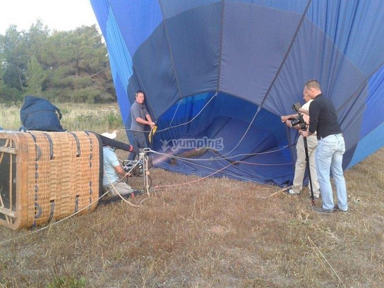Hinchando el globo para volar sobre Ibiza