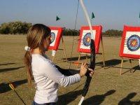 Alumnos practicando el tiro con arco
