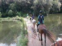 Atravesando a caballo un río