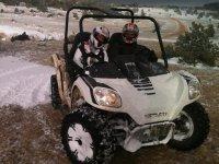 Amigos en el quad sobre la nieve