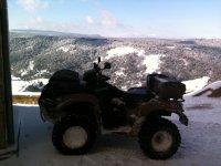 Quad aparcado sobre la nieve
