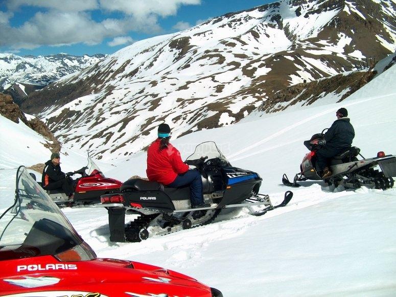 Grupo de motos de nieve