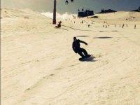 Bajando con la tabla de snow