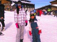 Chicas con tablas de snow