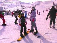 En la pista con las tablas de snowboard
