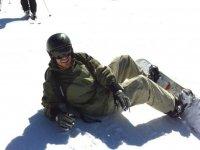 Tumbado en la nieve con la tabla