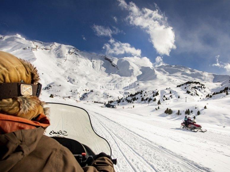 骑雪地摩托车