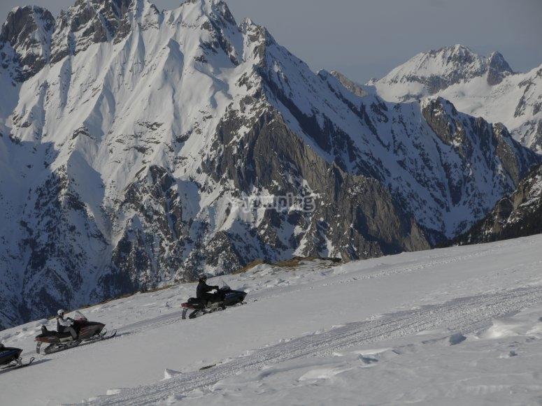 阿拉贡比利牛斯山脉的雪地车