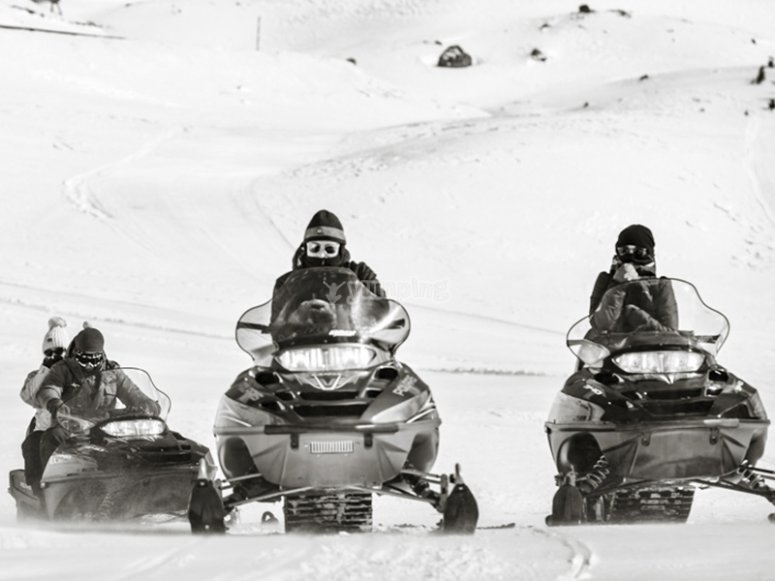 Ruta en moto de nieve con amigos