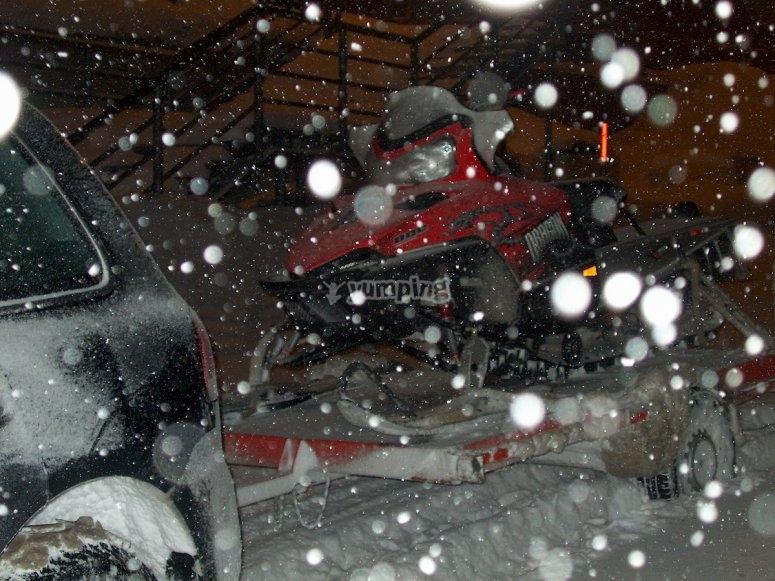 Moto de nieve nocturna
