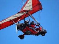 Vuelo con piloto de ala delta con motor