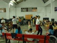Jugando con los participantes del campamento