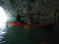 Nella grotta con la canoa