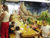 Family eating at Aventura Park de Mataro