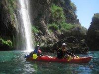 划独木舟和瀑布