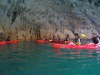 在洞穴中划独木舟