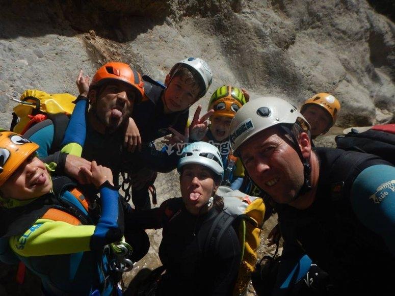 与朋友一起攀岩