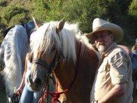 Con el caballo de crines blancas