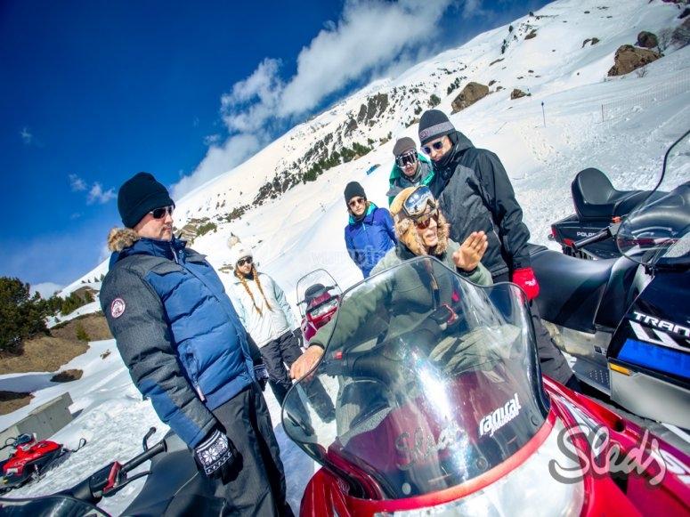 阿拉贡比利牛斯山脉的雪地摩托车