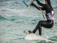 滑倒在agua.jpg女人与女人的计算机进行风筝冲浪风筝