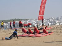 培训在海滩上与显示器
