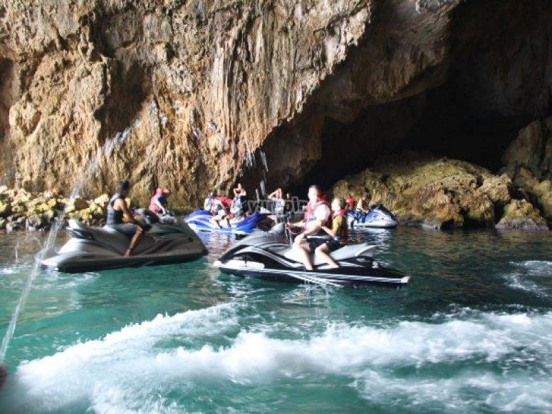 Con le moto d'acqua attive la grotta