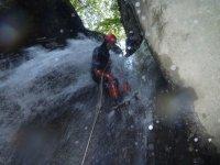 在峡谷漂流中的Rappel