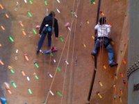Escalando en rocódromo