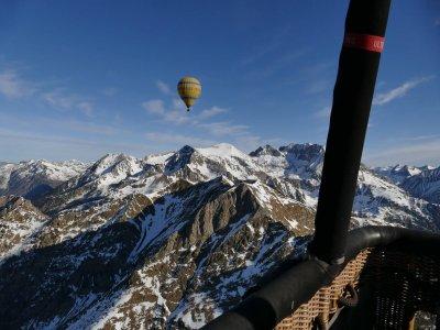 乘坐前比利牛斯和卡马拉萨的气球与照片