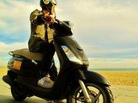 海滨Motociclista欣赏海岸美景游客在巴塞罗那