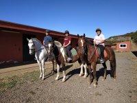 Saliendo del centro ecuestre a caballo