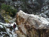 Pasando bajo la gran roca