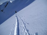 Vallibierna3058米的Ascent雪橇滑雪