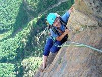 在比利牛斯山攀岩