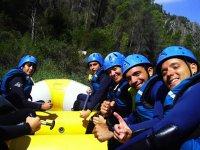 Grupo de amigos haciendo rafting