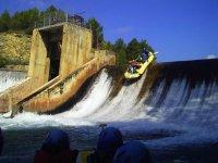 Bajando en una balsa de rafting