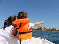 Senalando la costa de Mallorca