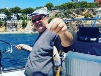 Mostrando el pez de cola amarilla