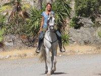 montando en caballo