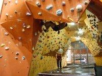爬上攀岩墙