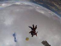 Volando antes de abrir el paracaídas
