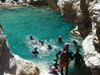 Nadando en las aguas claras del rio