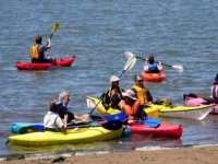 Llevando las canoas a la orilla