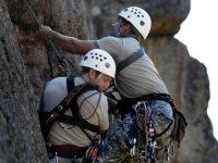 Asegurando juntos la cuerda