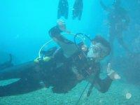 Alumno en curso de submarinismo