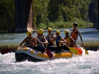皮艇与朋友下坡独木舟探险运动