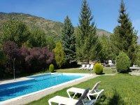 Día soleado en la piscina