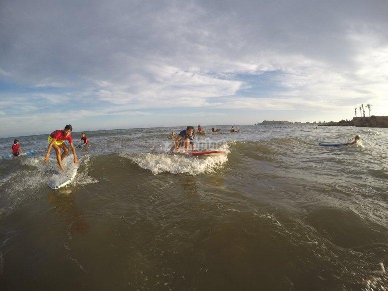 Alumnos aprendiendo surf